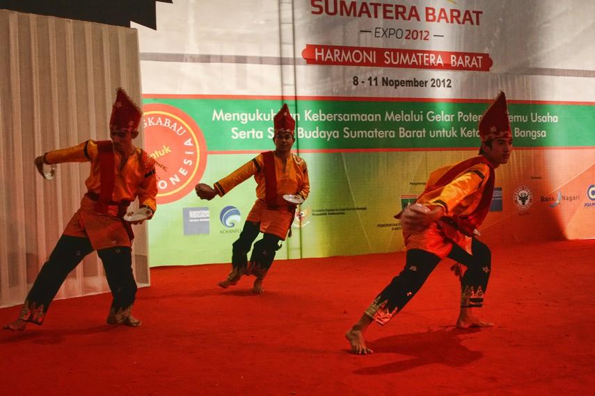 Pada tari piring, gerakan yang dibawakan penari mengikuti irama musik yang dimainkan