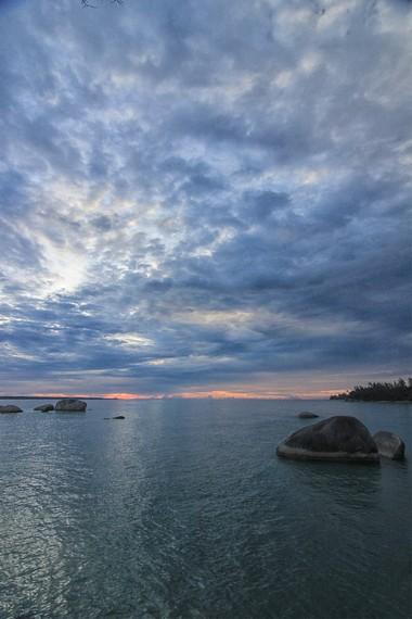 Pantai Awan Mendung berada di sebelah selatan Pulau Belitung tepatnya di Daerah Membalong