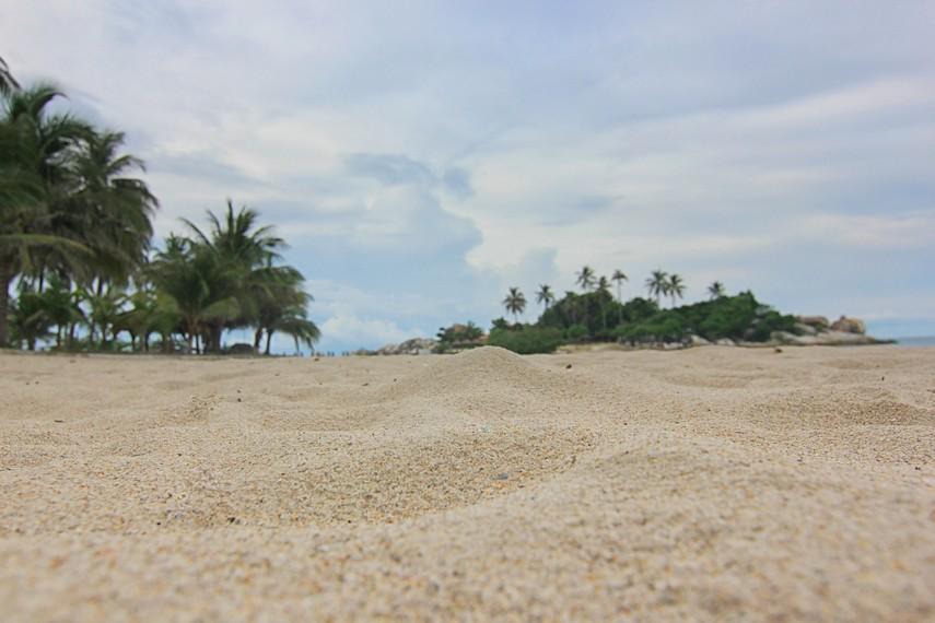 Pantai Parai Tenggiri memiliki pasir putih yang lembut dan pengunjung dapat berjalan-jalan di sepanjang garis pantainya