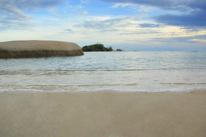 Pantai Tanjung Kiras berada di antara Pantai Penyabong dan Pantai Awan Mendung