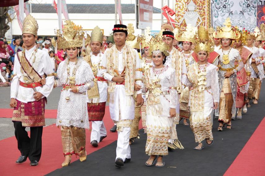 Parade busana tradisional khas Lampung menjadi andalan dalam Festival Krakatau 2012