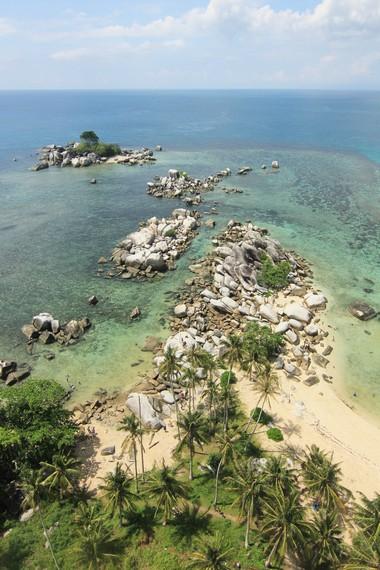 Pemandangan laut lepas yang berpadu dengan batu granit menjadi sajian indah ketika berada di puncak mercusuar