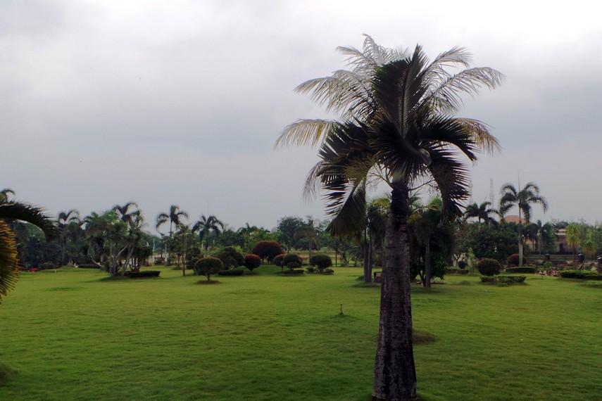 Pengunjung harus melalui jalan yang dikelilingi taman dengan beraneka jenis tanaman