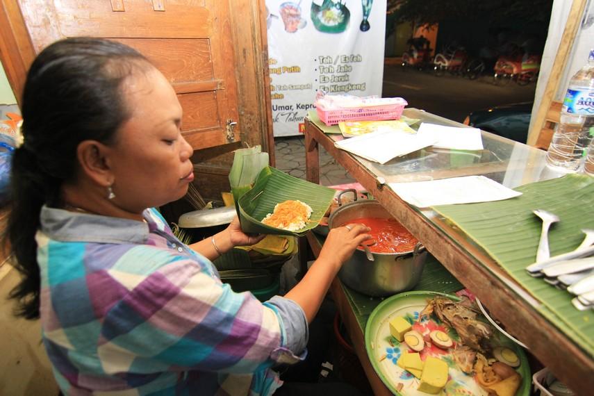 Penjual nasi liwet biasa buka setiap hari dari jam 16.00 sampai 02.00. Satu porsi nasi liwet dihargai Rp15.000
