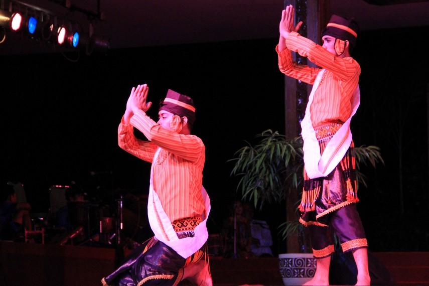 Pria penari mengenakan pakaian adat Toraja yang disebut seppa tullang buku dan dilengkapi penutup kepala