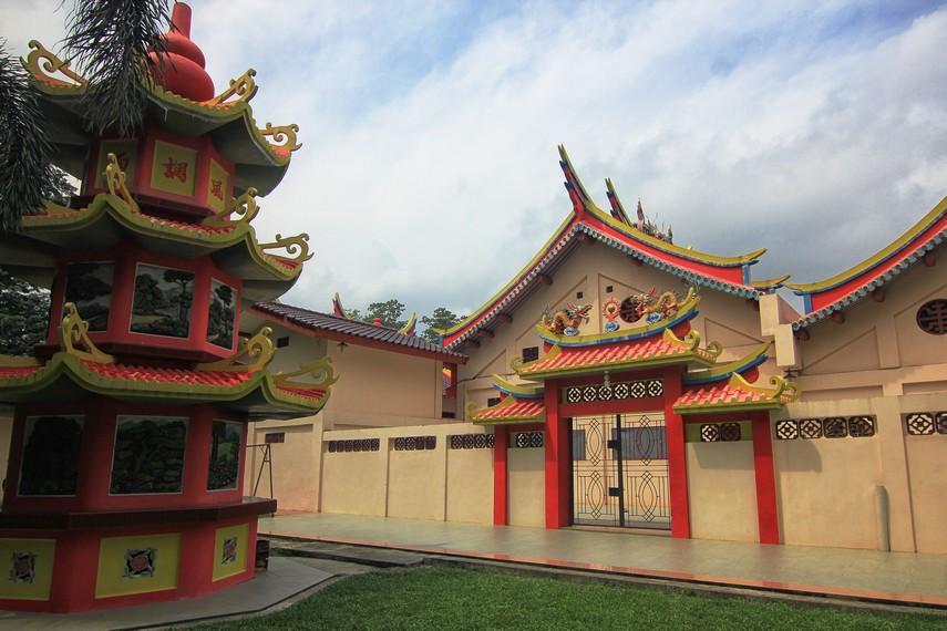 Pulau Kemaro dilengkapi dengan berbagai situs yang melengkapi legenda Pulau Kemaro. Situs tersebut antara lain seperti pagoda, makam penunggu pulau, kelenteng