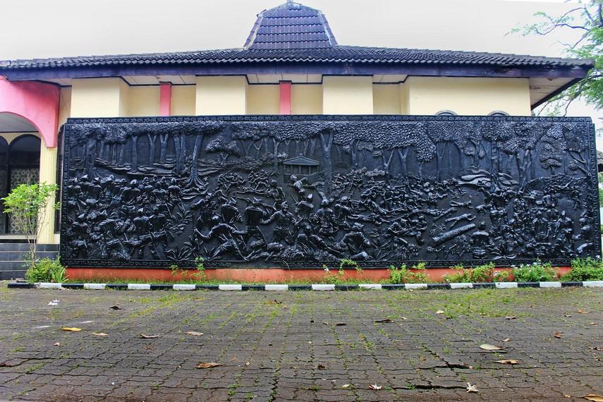 Relief yang menggambarkan terjadinya Peristiwa Lengkong pada 25 Januari 1946
