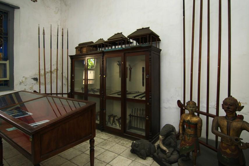 Ruang Tosan Aji (logam berharga) menyimpan berbagai jenis senjata yang terbuat dari logam. Selain itu, ada pula arca dan miniatur rumah joglo