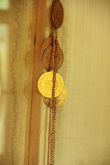 Salah satu perhiasan peninggalan Kerajaan Badau menjadi pemandangan yang menarik ketika berkunjung ke Museum Badau
