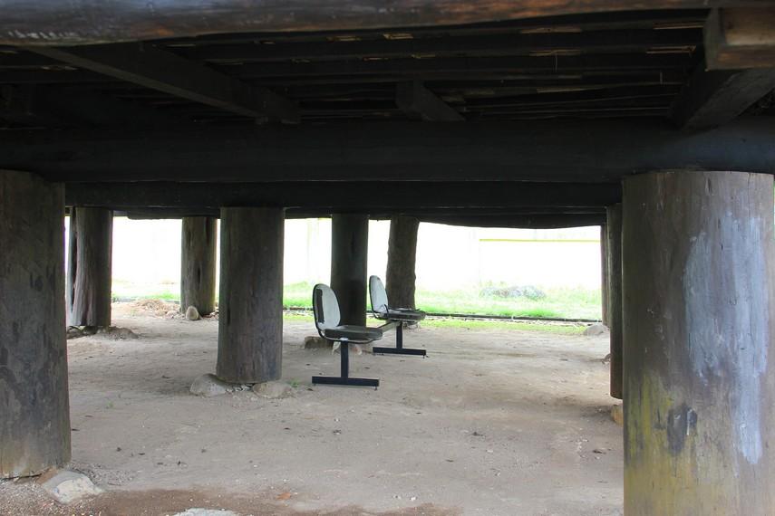 Semua bagian rumah ulu terbuat dari kayu, dengan bagian bawah ditopang oleh batang pohon unglen