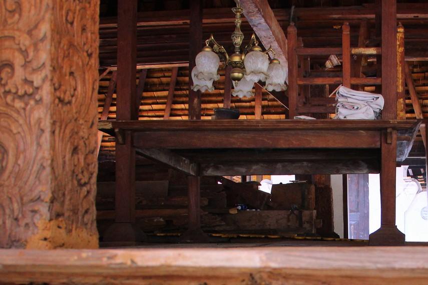 Singgasana Prabu Siliwangi terpajang di bagian depan Kompleks Pemakaman Sunan Gunung Jati