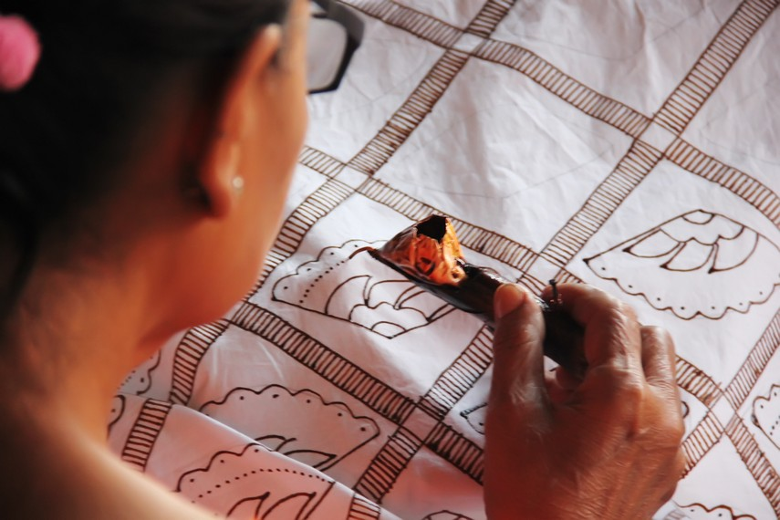 Tak berbeda dengan proses batik pada umumnya, batik garutan pun menggunakan canting dalam proses pembuatan motif