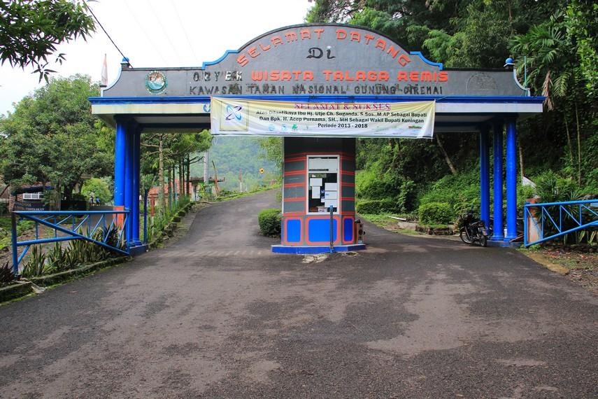 Telaga Remis terletak di Desa Kaduela, Kecamatan Mandirancan, Kuningan, Jawa Barat