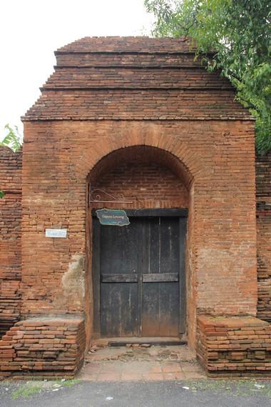 Terdapat beberapa gerbang untuk memasuki Keraton Kasepuhan salah satunya gerbang lonceng