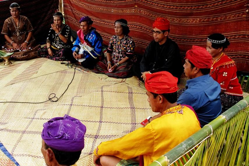 Tetua adat Desa Toro membacakan doa dan ucapan syukur dalam perayaan <i></noscript><img class=