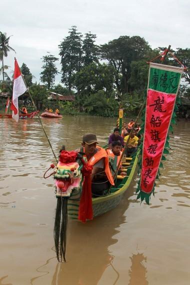Tradisi perahu naga tidak lepas dari legenda Qu Yuan, seorang menteri besar yang terusir dari negerinya sendiri akibat fitnah