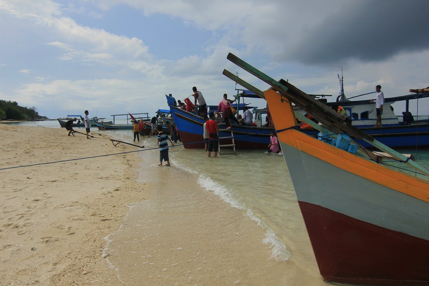 Untuk menjangkau pulau ini, dapat menggunakan jasa perahu nelayan yang banyak terdapat di Pantai Tanjung Kelayang