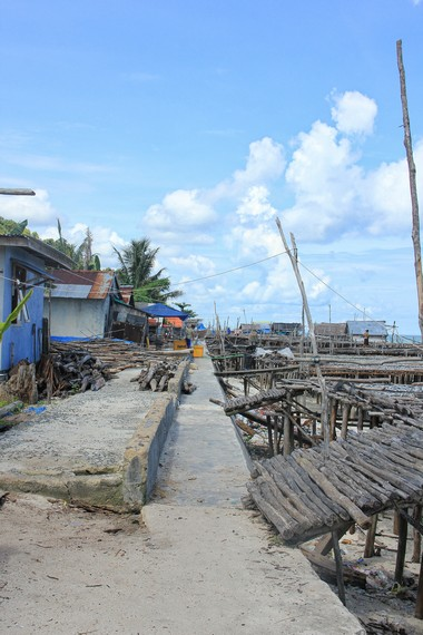 Warga Kampung Nelayan Tanjung Binga yang mayoriras orang Bugis sehari-harinya menyandarkan hidup dari hasil melaut