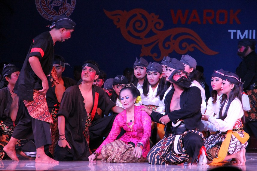 Warok Suromenggolo mengatakan kepada Roro Suminten bahwa Raden Subroto tidak mencintainya melainkan mencintai Roro Warsiyani
