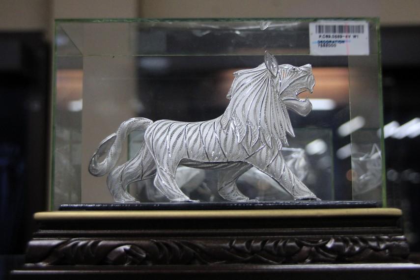 Patung kuda di dalam bingkai menjadi salah satu pilihan souvenir yang ditawarkan pengrajin perak Kotagede bagi pengunjung