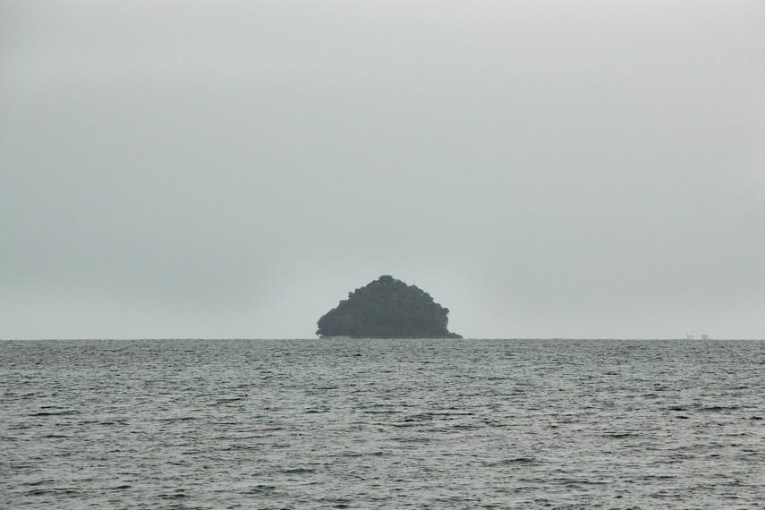 Pulau Langir yang berada di tengah laut bisa dilihat dari Pantai Pasir Panjang