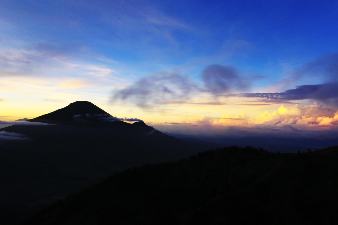 Berada di ketinggian 2.300-2.400 mdpl, Bukit Sikunir menyajikan pemandangan matahari terbit yang sangat indah