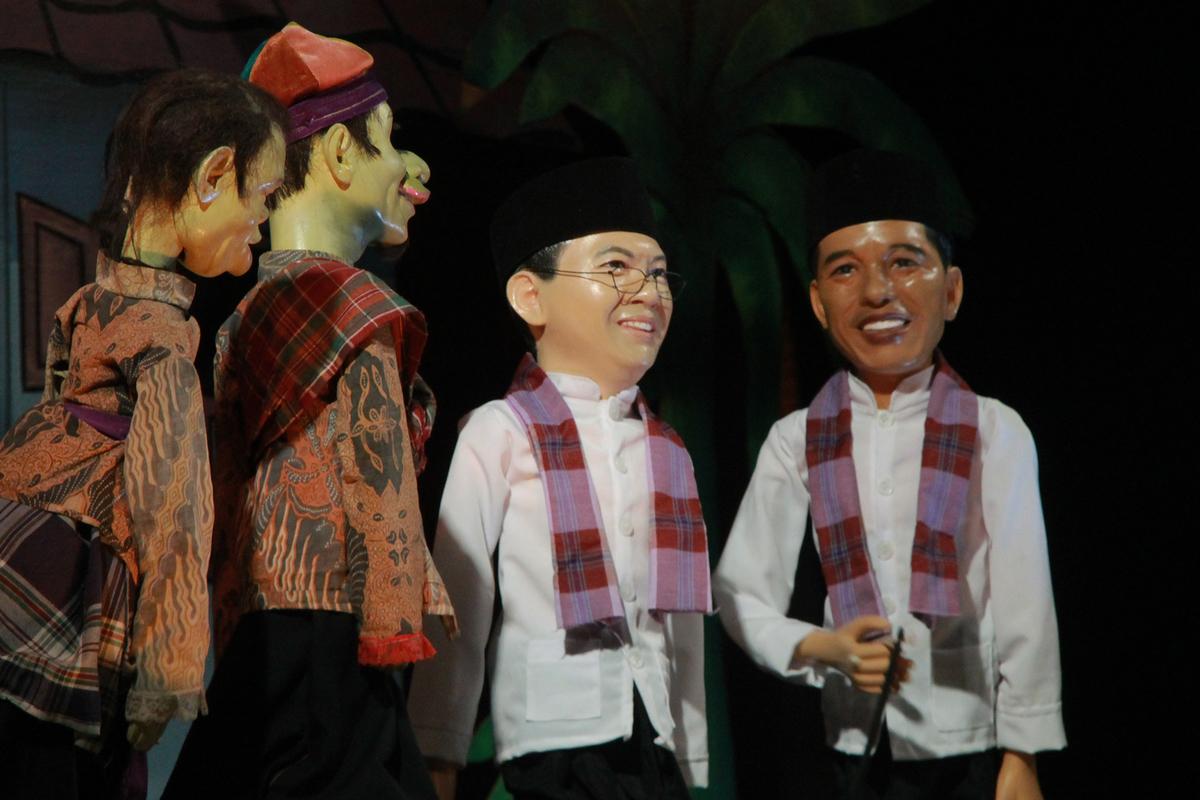 Untuk menambah hidup suasana pertunjukan terkadang dimunculkan tokoh wayang Gubernur Jokowi ke dalam pementasan
