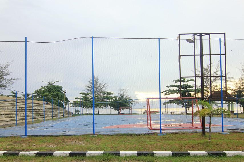 Pantai Tanjung Pendam juga memiliki beberapa arena olahraga yang dapat dinikmati pengunjung salah satunya adalah arena futsal