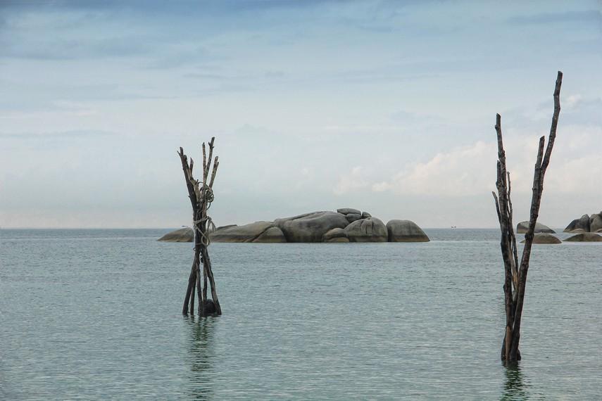 Pemandangan batu granit di tengah di Pantai Teluk Limau menambah suasana kecantikan pantai ini