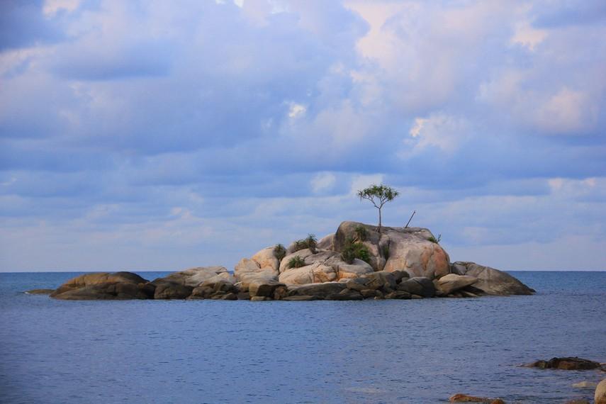 Pulau kecil di bagian depan pantai menambah keunikan Pantai Tanjung Layang untuk dikunjungi