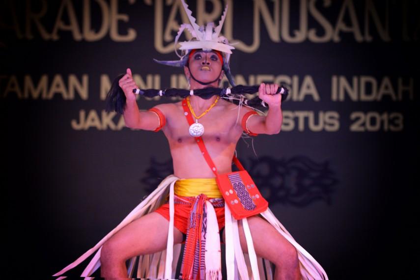Salah satu gerakan dalam tari yang menggambarkan keperkasaan pemuda Suku Dawan dalam berburu