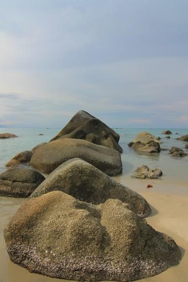 Tanjung Pesona merupakan tempat favorit masyarakat sekitar membawa anak-anak mereka bermain pasir dan ombak