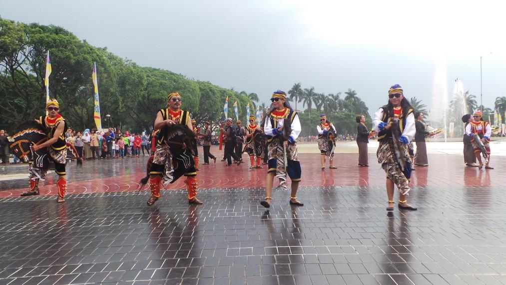 Meskipun cuaca di area sekitar Taman Mini mendung namun tidak menyurutkan animo penonton untuk menyaksikan parade ini