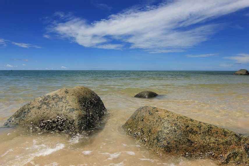 Airnya yang jernih serta ombaknya yang tenang membuat Pantai Tanjung Batu tempat yang pas untuk melepas kepenatan