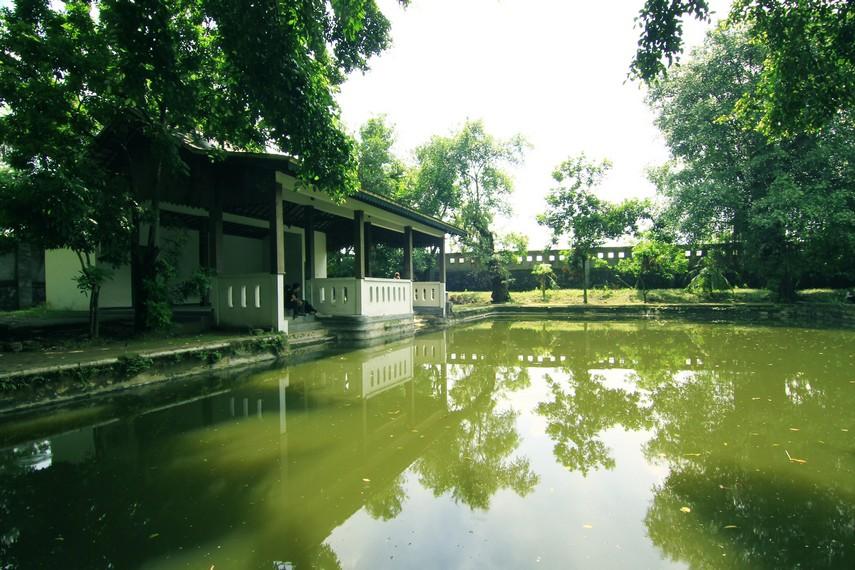 Bangunan lain di Partini Tuin adalah Bale Tirtayasa. Kolam di depan balai ini dulunya adalah kolam renang bagi keluarga kerajaan
