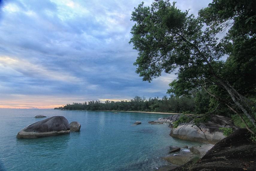 Batu granit dan hijaunya pemandangan menjadi paduan indah yang tersaji di Pantai Awan Mendung