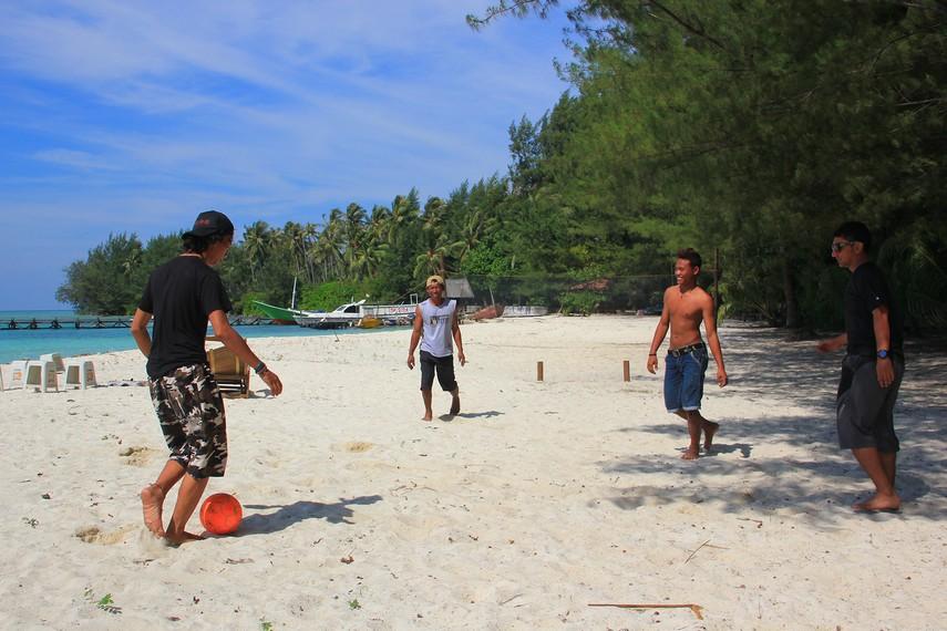 Bermain sepakbola pantai menjadi salah satu olahraga yang bisa dilakukan pengunjung di pinggir pantai Pulau Menjangan Kecil