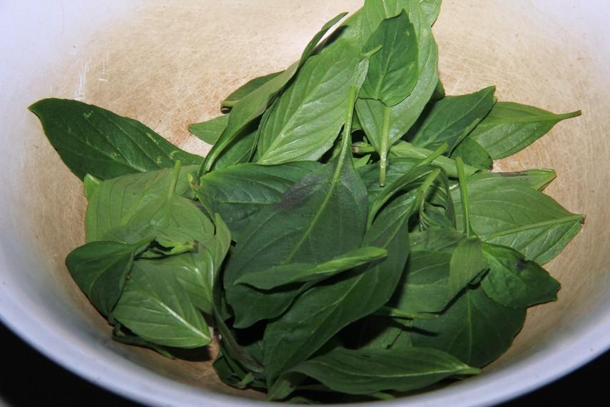 Daun kucai menambah cita rasa pada empal gentong khas Cirebon