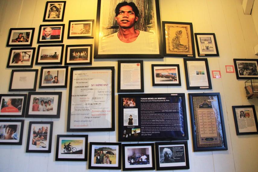 Foto-foto dalam bingkai yang tersusun rapi di salah satu ruang Museum Kata Andrea Hirata yang bercerita tentang pentingnya mimpi