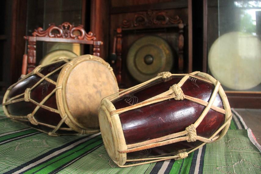 Gendang dan gong yang menjadi alat musik pengiring dalam tari-tarian Belitung juga menjadi penghias ruang utama