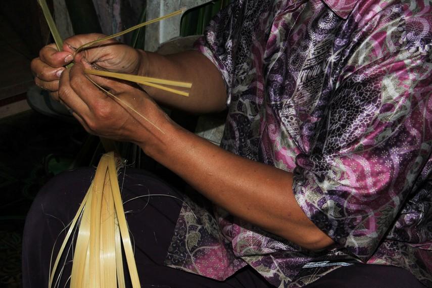 Proses pembuatan wadah untuk lepet sebelum nantinya diisi dengan beras ketan
