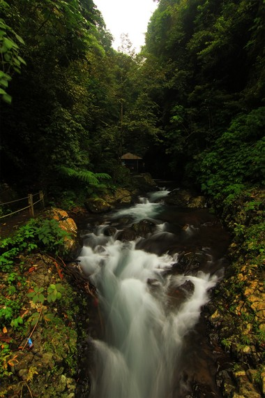 Kawasan Air Terjun Kembar Gitgit sebenarnya terdiri dari tiga air terjun, yaitu Campuhan, Mekalang, dan Bertingkat