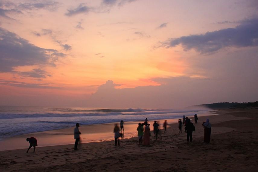Saat senja menjadi waktu yang tepat untuk menyaksikan matahari terbenam di Pantai Pangumbahan