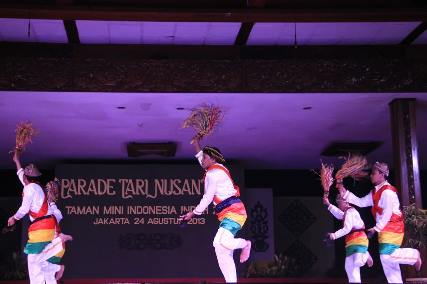 Warna-warni pada pakaian penari Soya-soya melambangkan Maluku yang mempunyai keberagaman suku bangsa