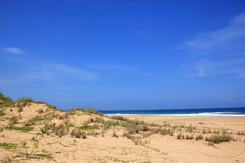 Berada di Pantai Pasir Putih pengunjung seperti berada di kawasan yang belum banyak tersentuh tangan manusia