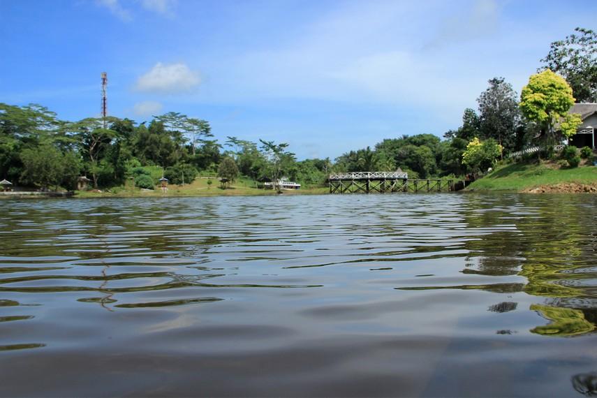 Pembendungan telaga ini menciptakan sebuah danau buatan dengan panorama hutan yang asri