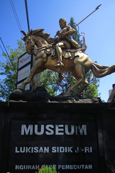 Museum Lukisan Sidik Jari terletak di Jalan Hayam Wuruk no. 175, Denpasar