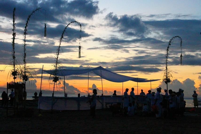 Sebelum ritual berlangsung, panitia dari banjar menyediakan sebuah meja atau panggung panjang di tepi laut