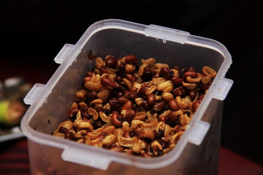Taburan kacang tolo yang digoreng kering memberikan sensasi renyah