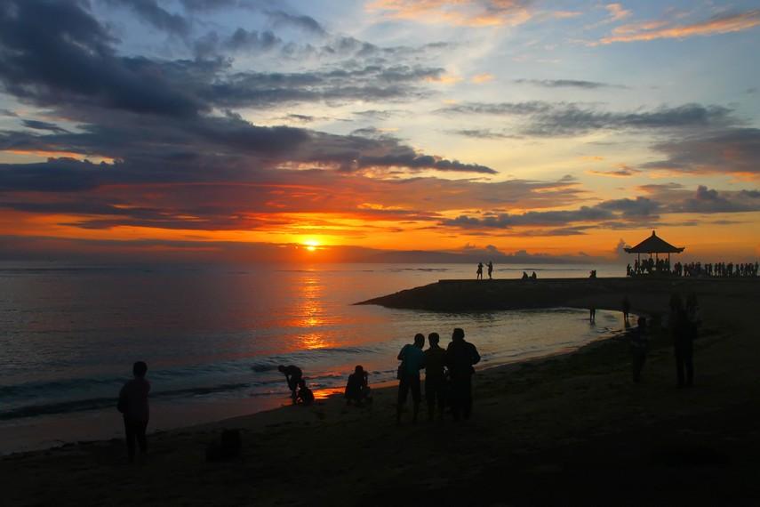 Menikmati matahari terbit di Pantai Sanur merupakan kontemplasi, bahwa hidup harus disambut dengan senang dan gembira